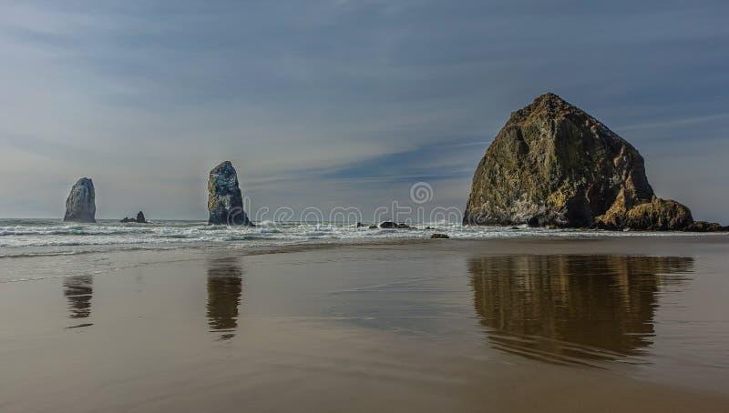 Mucchio di fieno in spiaggia del cannone fotografie stock