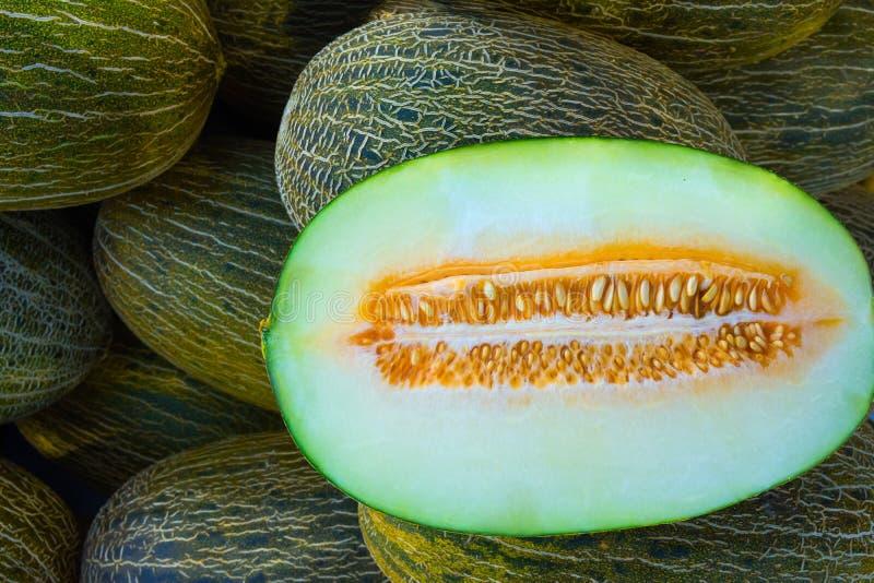 Mucchio di grande mercato Mediterraneo organico maturo degli agricoltori delle rane dei meloni spagnoli verdi e gialli della pell immagini stock