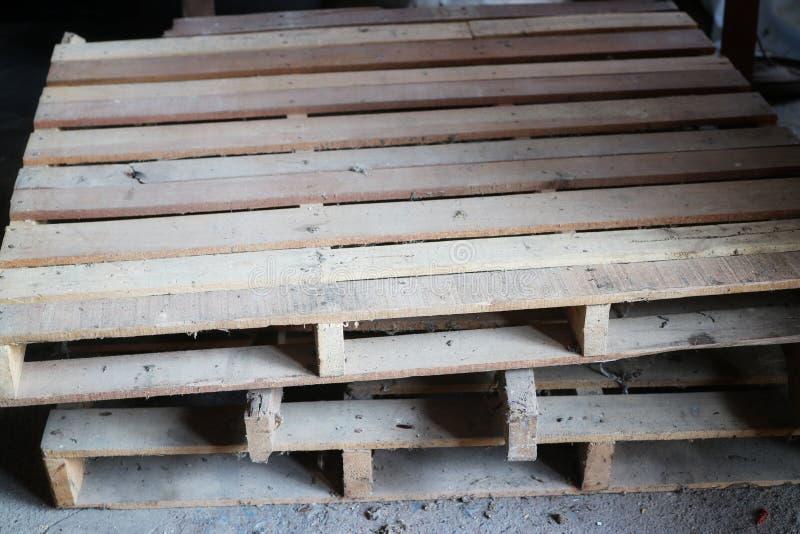 Mucchio di legno, impilato sul pavimento di immagine per un fondo d'annata di stile fotografia stock libera da diritti