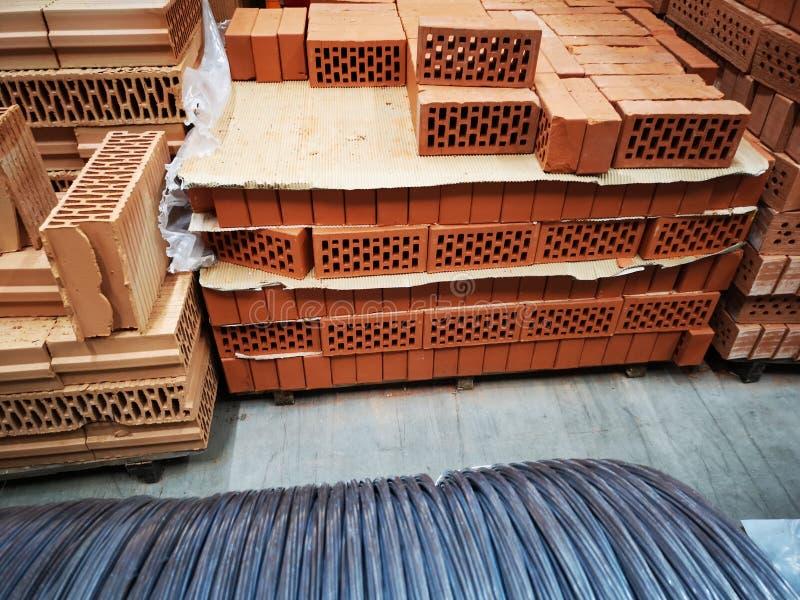 Mucchio di nuovi mattoni per costruzione Gruppo, materiale fotografia stock libera da diritti