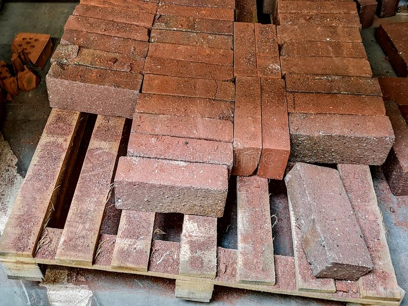 Mucchio di nuovi mattoni per costruzione Gruppo, materiale fotografie stock