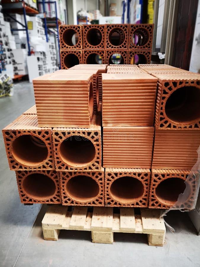 Mucchio di nuovi mattoni per il camino Gruppo, materiale immagini stock