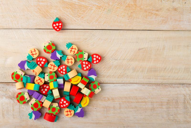 Mucchio di piccole figure sotto forma di frutti su legno fotografie stock libere da diritti