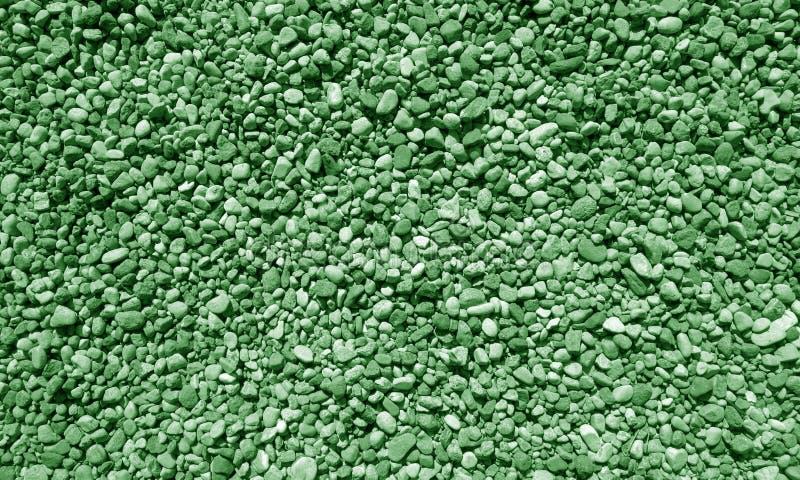 Mucchio di piccole pietre della ghiaia nel tono verde fotografie stock libere da diritti