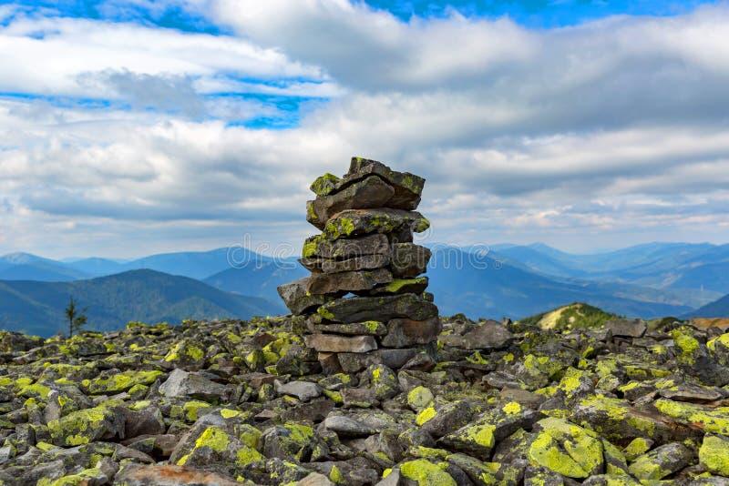 Mucchio di pietra sulla cima della montagna immagine stock libera da diritti