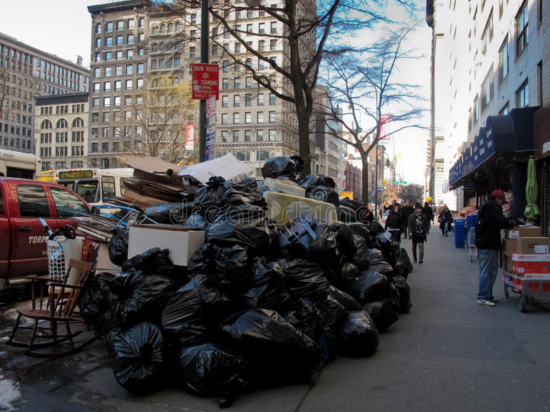 Mucchio di rifiuti sulla via a New York City fotografie stock libere da diritti
