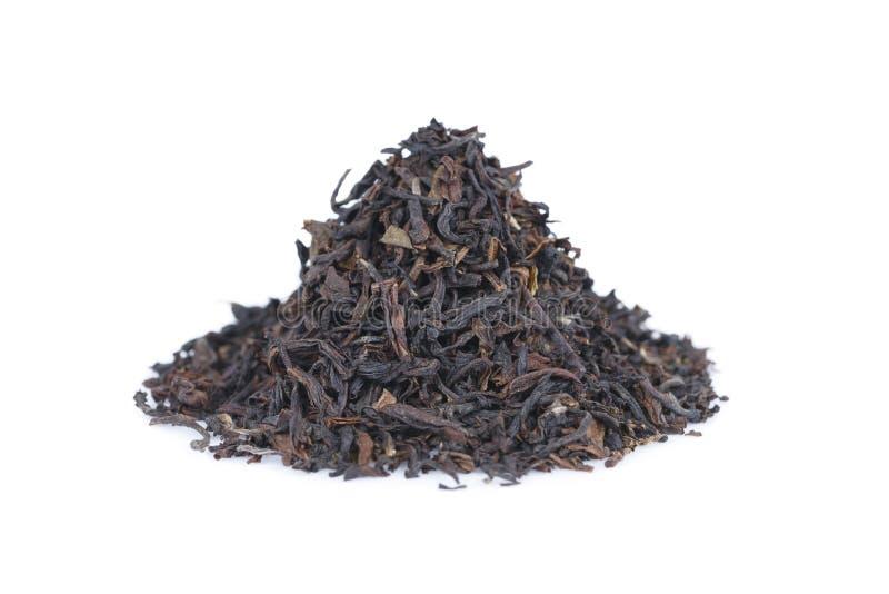 mucchio di tè nero isolato su bianco fotografia stock