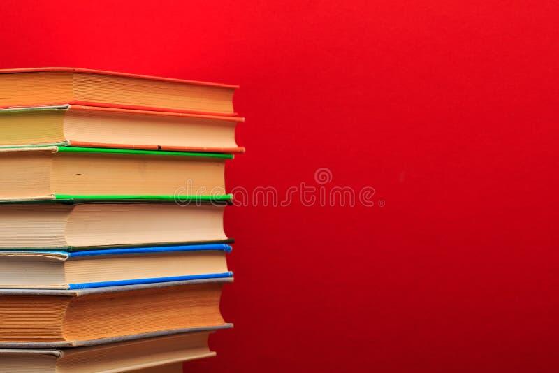 Mucchio di vecchi libri, panorma, buon spazio della copia su fondo rosso immagini stock libere da diritti
