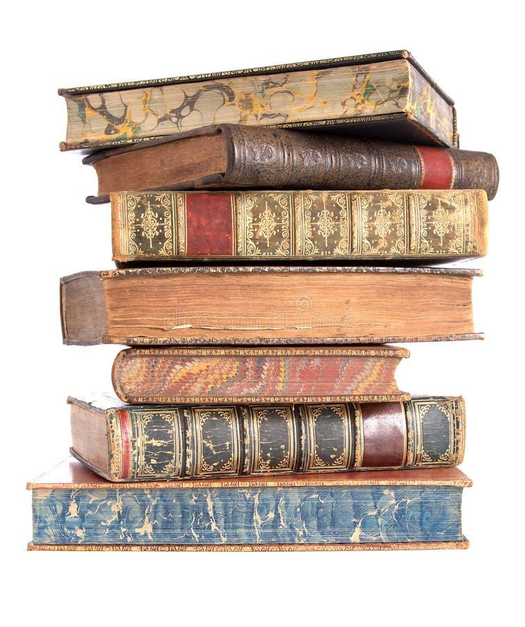 Mucchio di vecchi libri rilegati di cuoio immagine stock