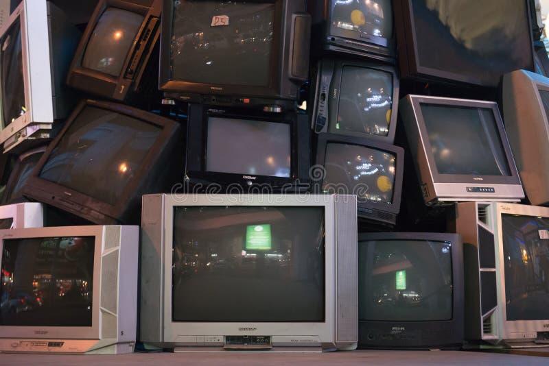 Mucchio di vecchie televisioni immagini stock libere da diritti