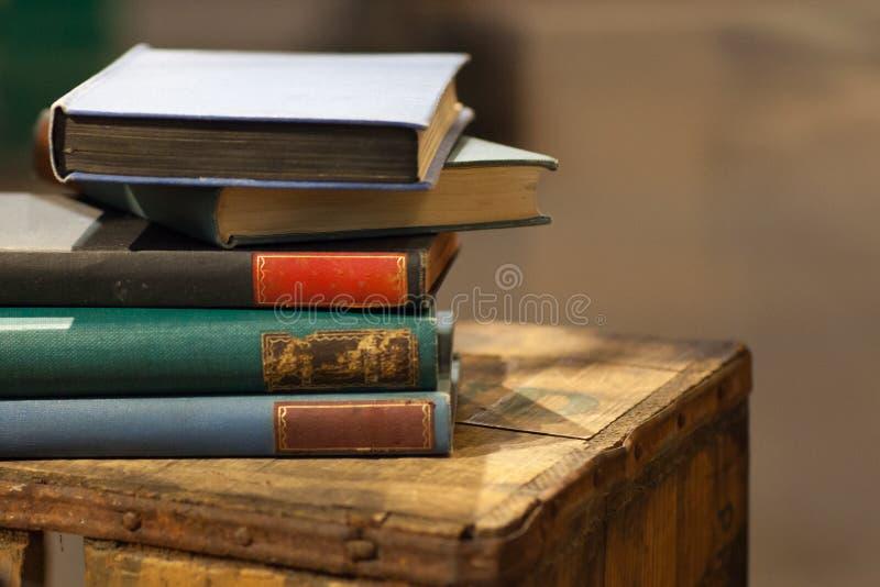 Mucchio di vecchio libro sulla cassa di legno fotografia stock libera da diritti