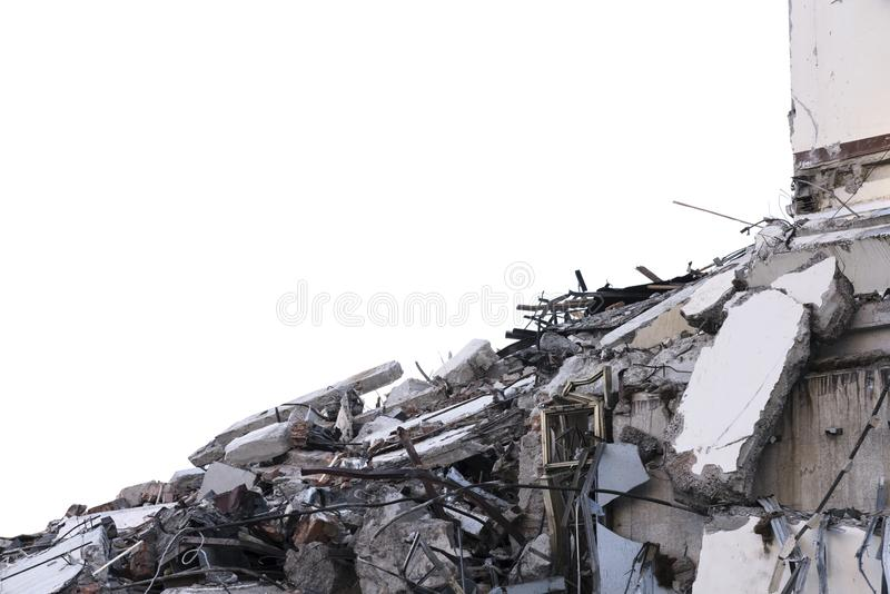 Mucchio isolato di macerie da una costruzione smantellata ad un cantiere di demolizione fotografia stock