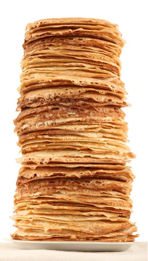 Mucchio molto alto dei pancake sul piatto immagine stock libera da diritti