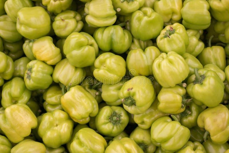 Mucchio verde fresco dei peperoni dolci sulla stalla del mercato da vendere fotografie stock libere da diritti