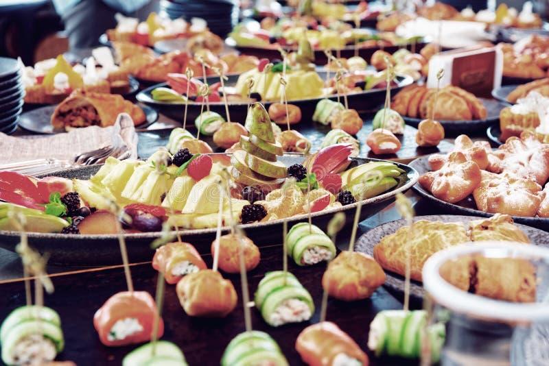 Mucha diversa comida en la tabla de abastecimiento, entonada imágenes de archivo libres de regalías