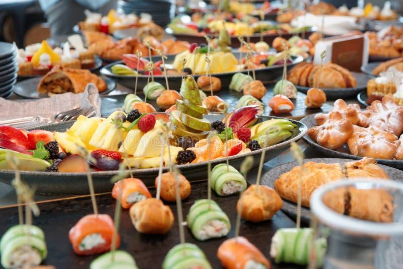 Mucha diversa comida en la tabla del abastecimiento foto de archivo libre de regalías