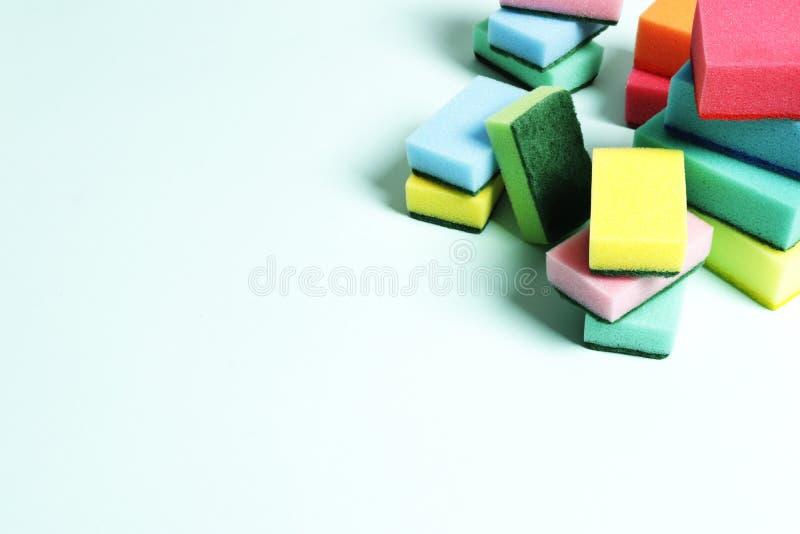 Mucha esponja multicolora en un fondo azul foto de archivo libre de regalías