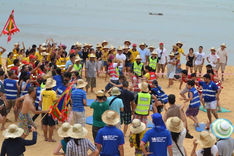 Mucha gente participa en actividades de los deportes en las playas y los parques - Quy Nhon, Vietnam en 2011 imagenes de archivo