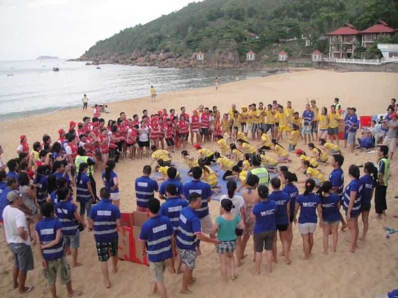 Mucha gente participa en actividades de los deportes en las playas y los parques - Quy Nhon, Vietnam en 2011 fotos de archivo