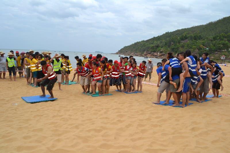 Mucha gente participa en actividades de los deportes en las playas y los parques - Quy Nhon, Vietnam en 2011 imágenes de archivo libres de regalías