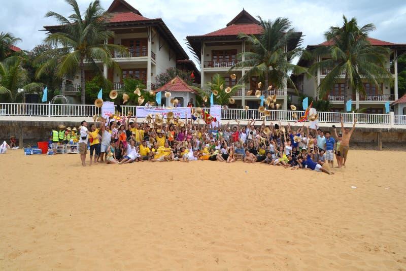 Mucha gente participa en actividades de los deportes en las playas y los parques - Quy Nhon, Vietnam en 2011 fotografía de archivo