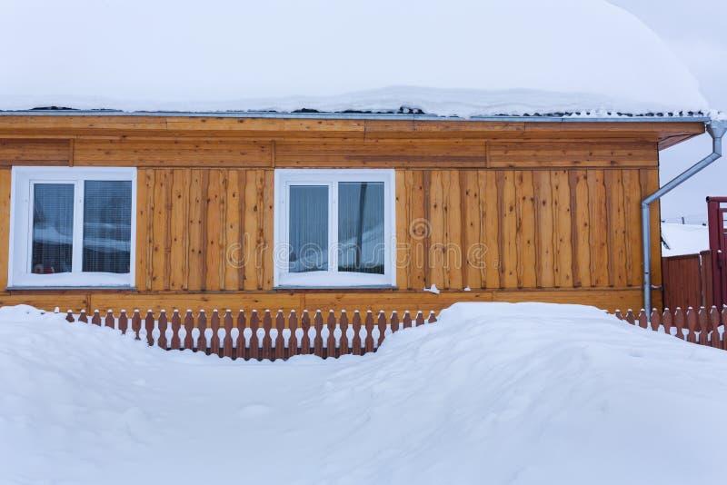 Mucha nieve al lado del edificio fotografía de archivo libre de regalías