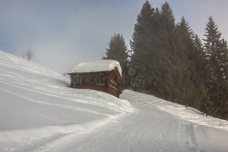 Mucha nieve en el tejado en las montañas imagen de archivo