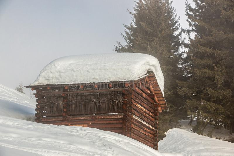 Mucha nieve en el tejado en las montañas imagen de archivo libre de regalías