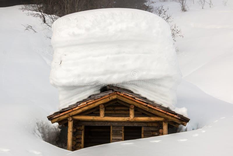Mucha nieve en el tejado en las montañas fotos de archivo