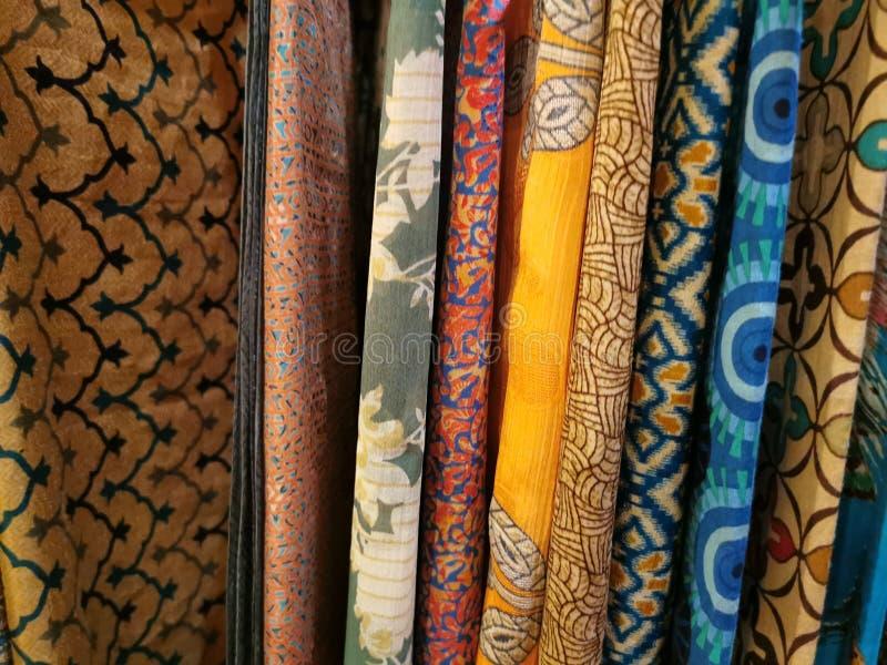 Mucha ropa india de la tela de los colores en el mercado fotografía de archivo