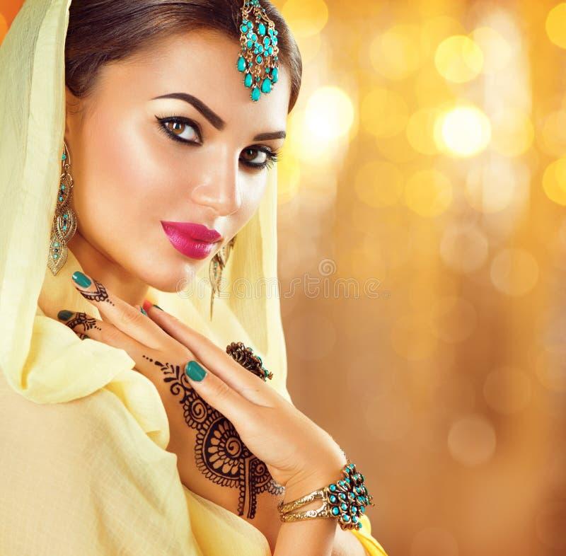 Muchacha árabe con los tatuajes y las joyas negros de la alheña imagenes de archivo