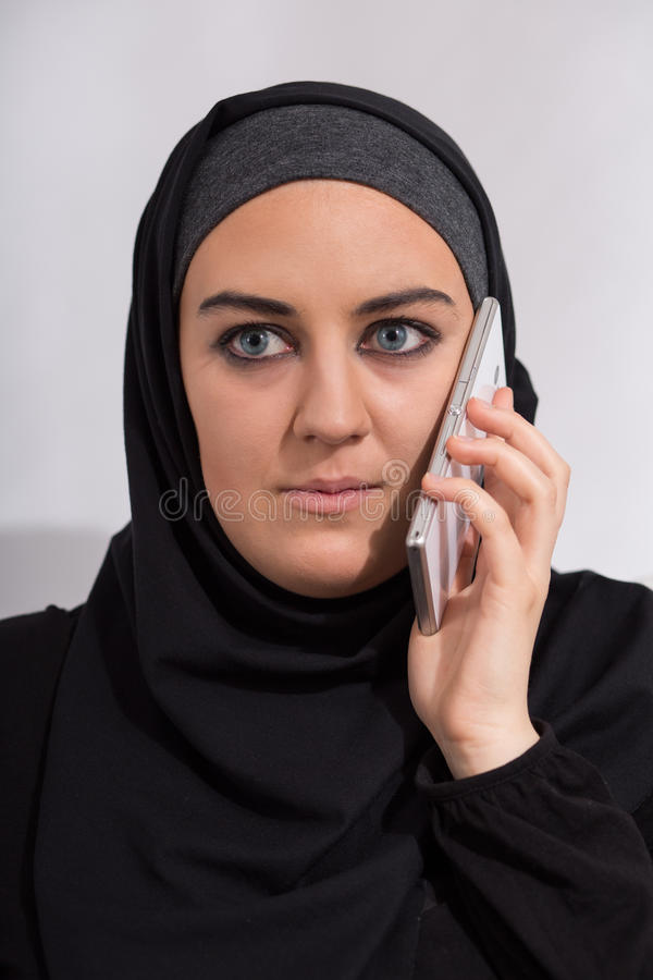 Muchacha árabe con un teléfono foto de archivo libre de regalías