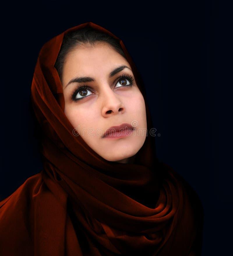 Muchacha árabe en bufanda roja imagenes de archivo
