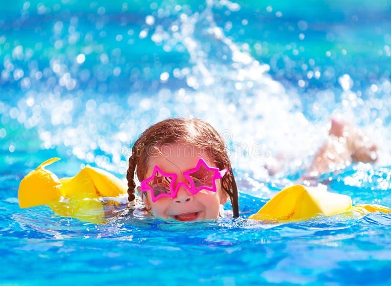 Muchacha árabe linda en la piscina imagenes de archivo