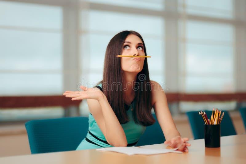 Muchacha aburrida divertida que juega con el lápiz en la reunión de negocios imagenes de archivo