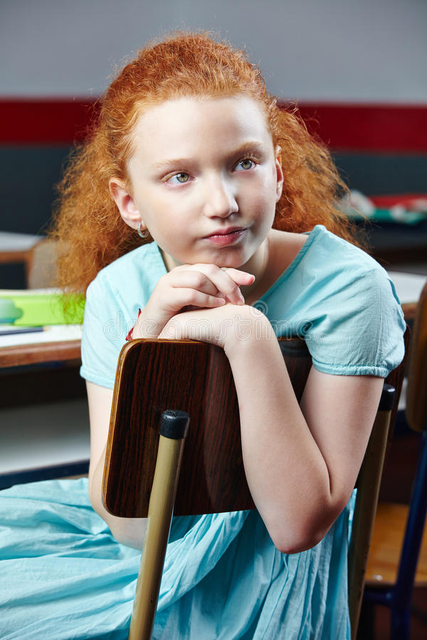Muchacha aburrida en clase de escuela foto de archivo