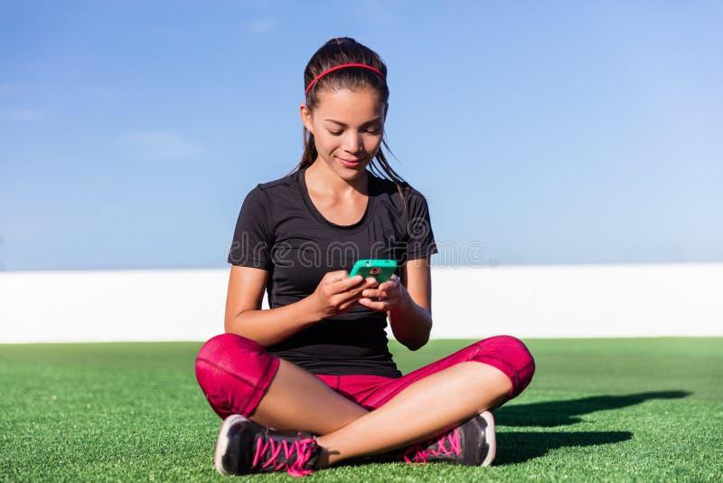 Muchacha activa del app del smartphone de la aptitud de la forma de vida feliz fotografía de archivo