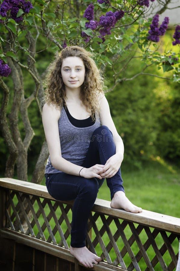 Muchacha adolescente al aire libre en verano fotos de archivo libres de regalías