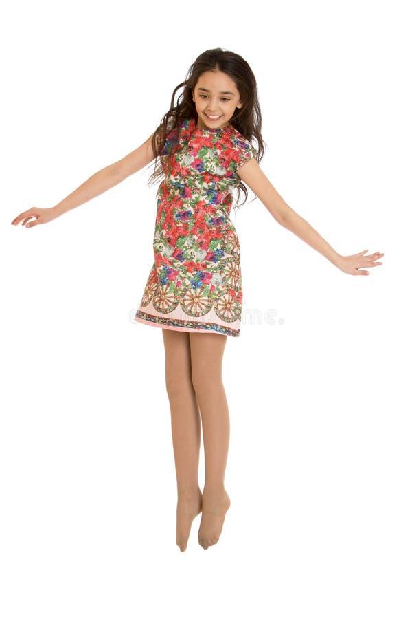 Muchacha adolescente alegre en el salto corto del vestido del verano imagenes de archivo