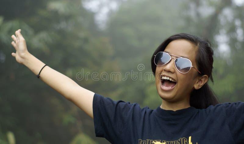 Muchacha adolescente asiática de risa feliz imagen de archivo