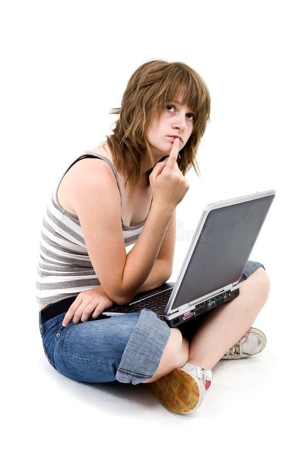 Muchacha adolescente con el ordenador imágenes de archivo libres de regalías