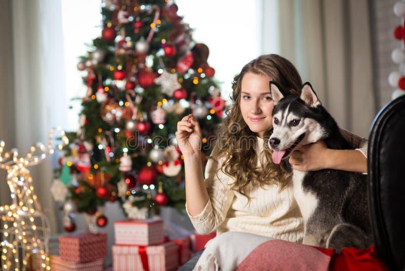 Muchacha adolescente con el perro, para la Navidad imágenes de archivo libres de regalías