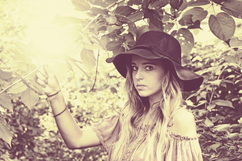 Muchacha adolescente con el sombrero en luz del sol imagenes de archivo