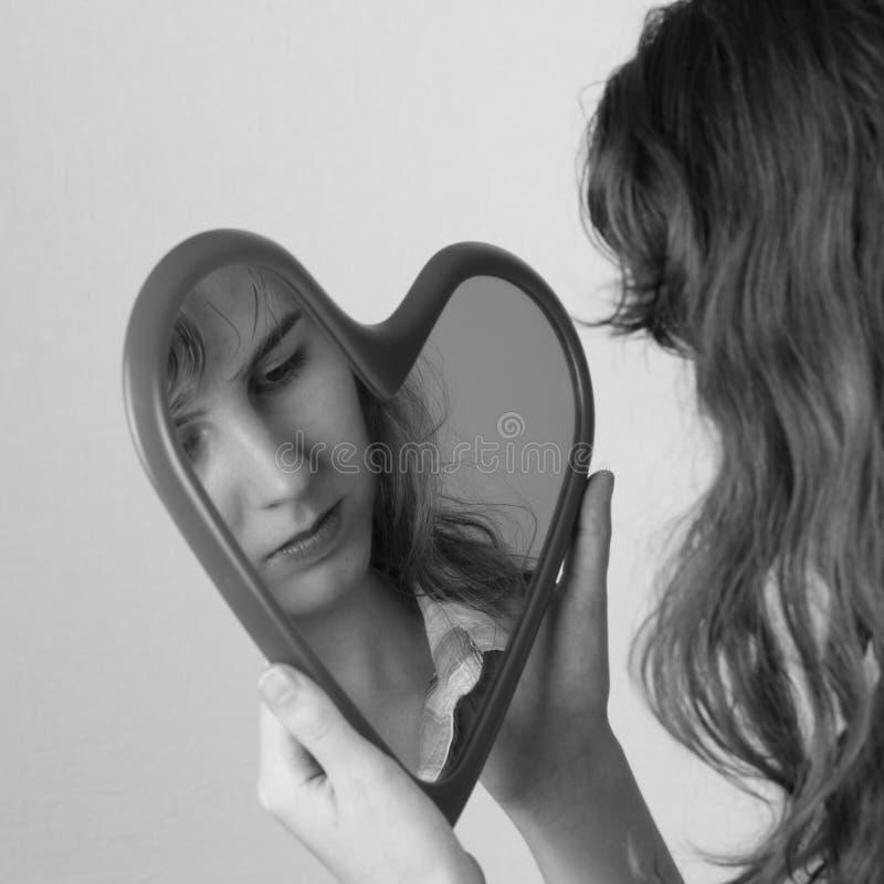 Muchacha adolescente con el sueño del espejo del corazón imagenes de archivo