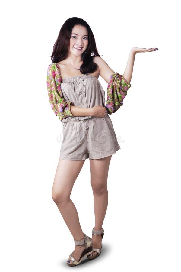 Muchacha adolescente con la presentación de gesto foto de archivo libre de regalías