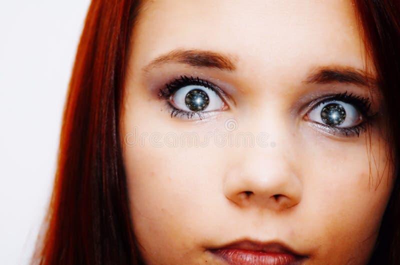 Muchacha adolescente con las estrellas en sus ojos fotos de archivo