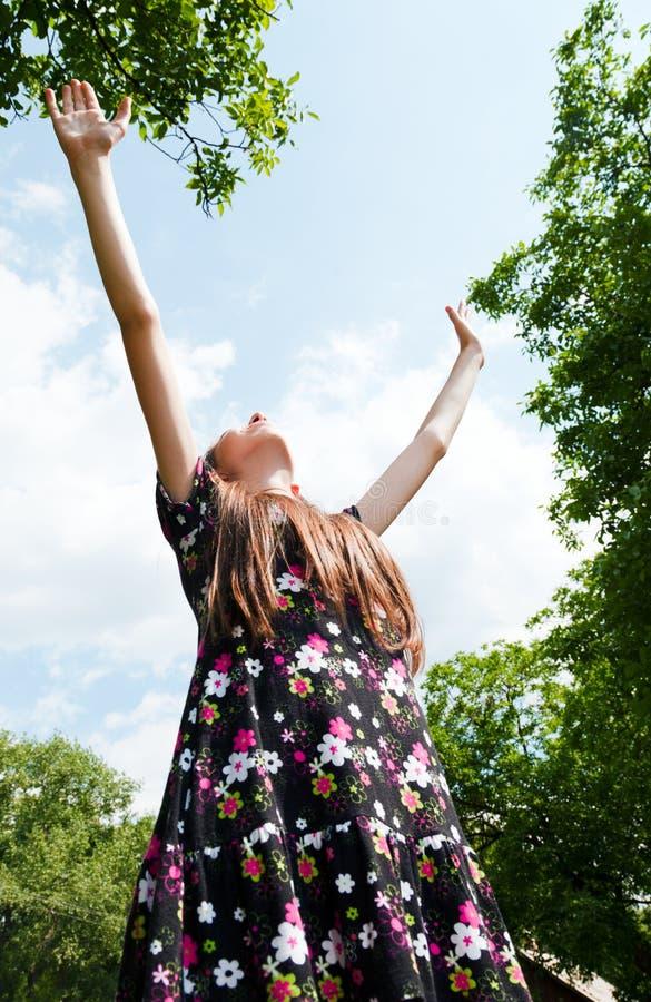 Muchacha adolescente con las manos levantadas fotografía de archivo libre de regalías