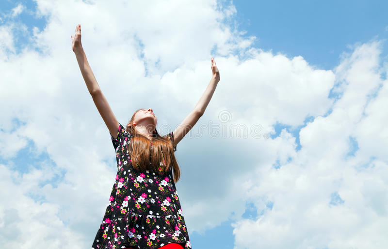 Muchacha adolescente con las manos levantadas imagen de archivo