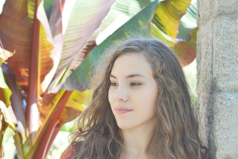 Muchacha adolescente con las plantas tropicales imagen de archivo libre de regalías