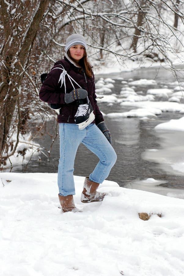 Muchacha adolescente con los patines de hielo fotos de archivo